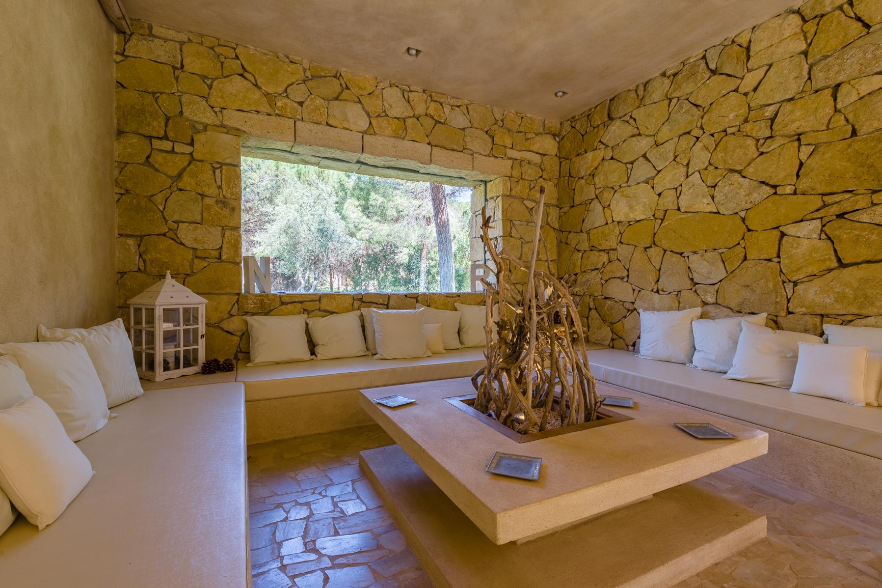 Foresteria degli Ulivi: veranda in pietra.