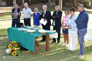 http://www.isarenas.it/wp-content/uploads/2017/09/2017-09-17-Narbolia-Pineta-Is-Arenas-Premiazione-Torneo-golf-e-buffet-052-300x200.jpg