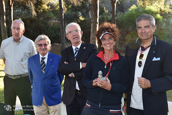 http://www.isarenas.it/wp-content/uploads/2017/09/2017-09-17-Narbolia-Pineta-Is-Arenas-Premiazione-Torneo-golf-e-buffet-093.jpg