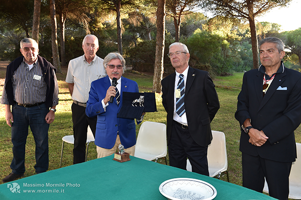 http://www.isarenas.it/wp-content/uploads/2017/09/2017-09-17-Narbolia-Pineta-Is-Arenas-Premiazione-Torneo-golf-e-buffet-096.jpg