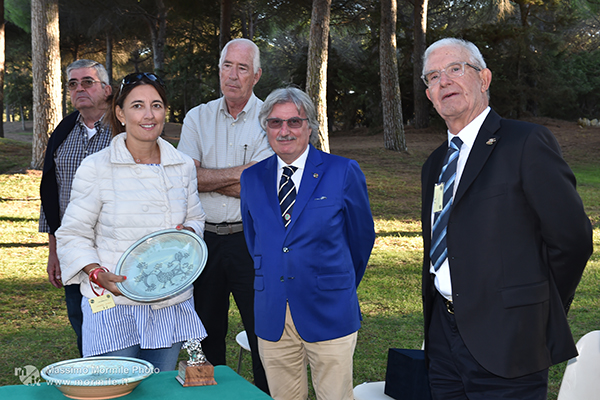 http://www.isarenas.it/wp-content/uploads/2017/09/2017-09-17-Narbolia-Pineta-Is-Arenas-Premiazione-Torneo-golf-e-buffet-109.jpg