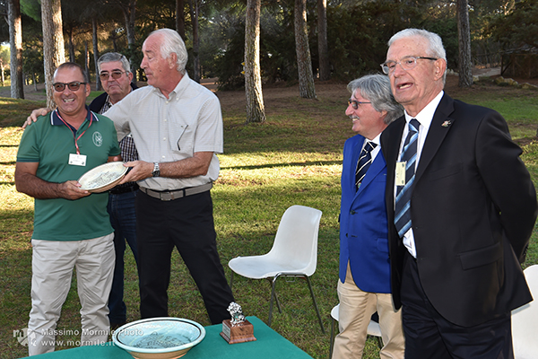 http://www.isarenas.it/wp-content/uploads/2017/09/2017-09-17-Narbolia-Pineta-Is-Arenas-Premiazione-Torneo-golf-e-buffet-111.jpg
