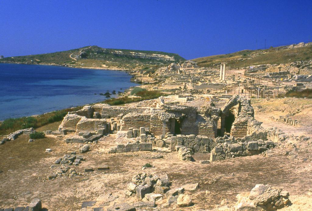 Veduta della città Fenicio Romana di Tharros sullo sfondo Capo San Marco nella pinisola del Sinis